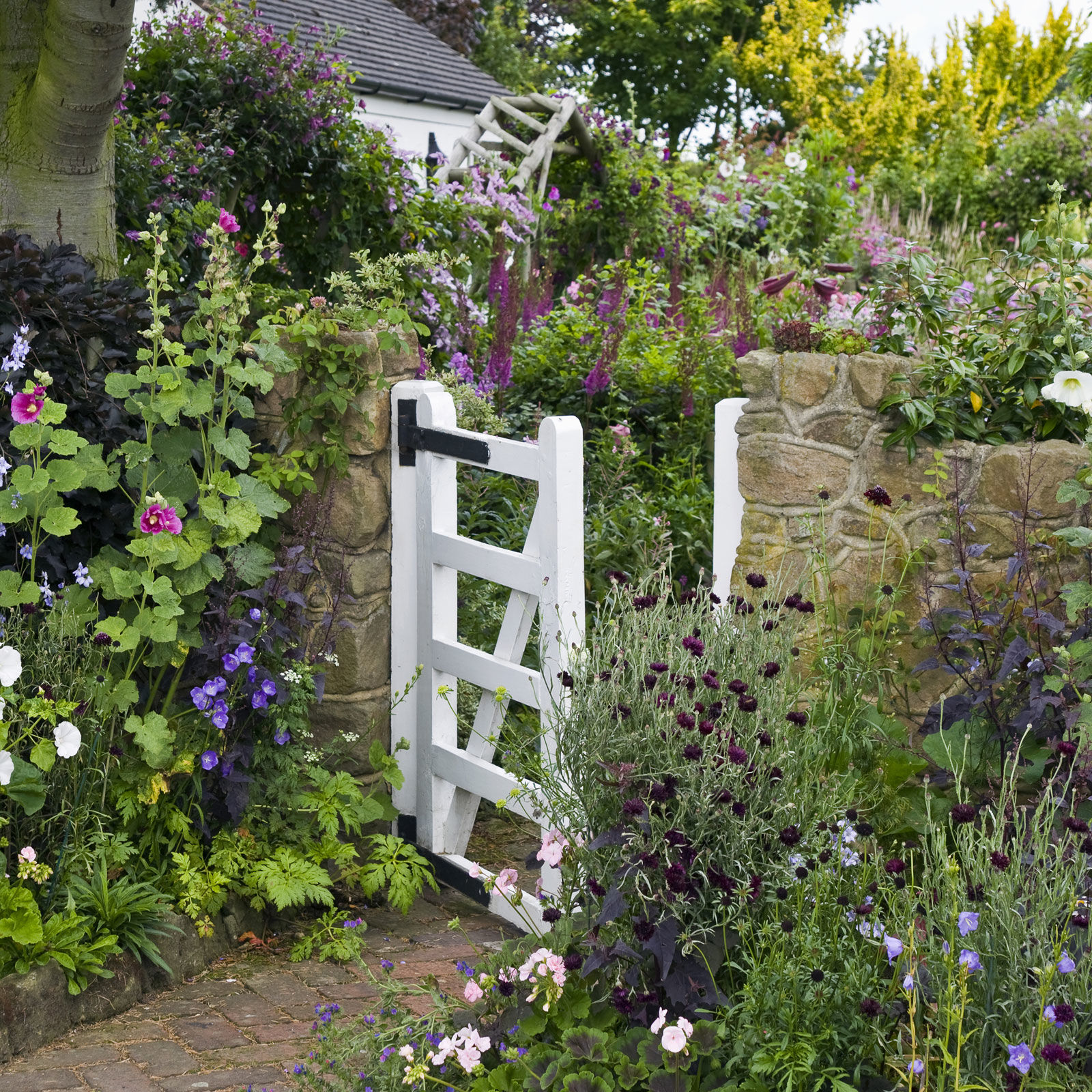 Charming Ideas to Create a Stunning Cottage-Style Garden ... on Cottage Patio Ideas id=80056